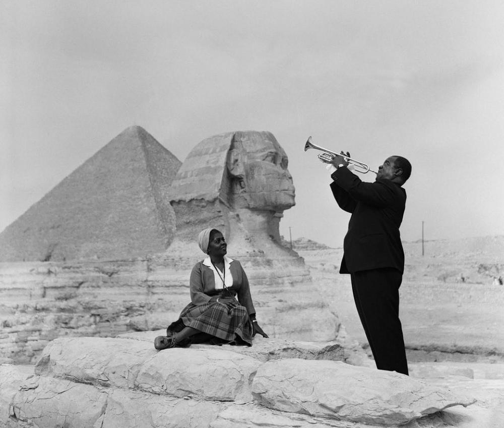 Every Picture Tells A Story: Louise Armstrong plays to his wife under the shadow of the Great Sphinx